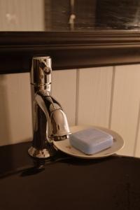 På badet ligger såpa på en søt gammel, kaffeskål