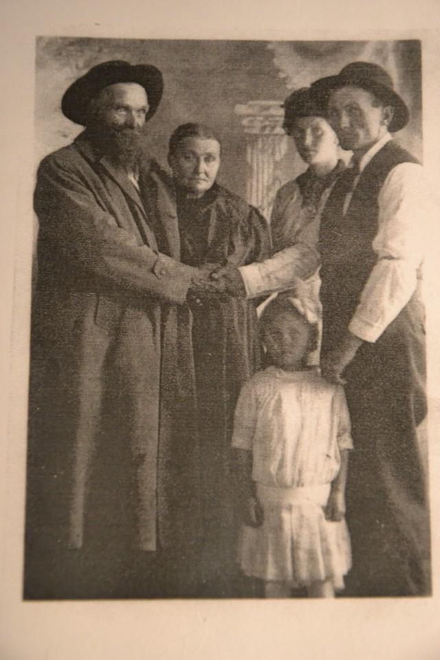 Mabels besteforeldre, John og Maret Eggen emigrerte fra Tynset i 1868. Her er de fotografert i 1915 i det de sier farvel til sin sønn, Ole, hans kone Mary og deres datter Mabel. Altså Mabel som var på besøk i vår peisestue i 1937!