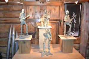 """Vi besøkte også kunstneren Per Sverre Dahl. Han har bl.a. laget """"The Rolling Stones"""" i keramikk. Flotte typer!"""