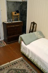 Oldemor Annes gamle kommode har vært rundt omkring i andre hus de siste 60 - 70 år, men er nå tilbake her den hører hjemme