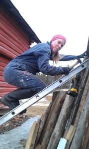 Med balansekunst og godt humør er taket snart på plass igjen!