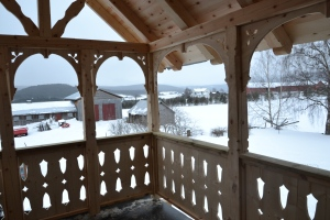 Sveitsergelender på verandaen