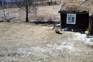 Sist høst ble det gravet opp og lagt ned rør som tåler frost inn til sommerstua. Vi fikk planert ut igjen og lagt på plass heller, så den deilige solkroken til morgenkaffen er på plass igjen.
