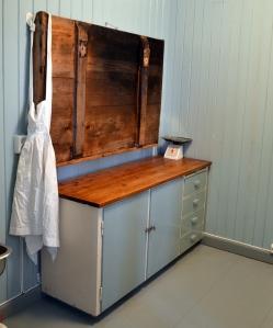 """""""Ny"""" gammel kjøkkenbenk på plass på baksterommet! Bakstefjøla er blitt hengt opp slik at den ikke opptar unødig plass når den ikke er i bruk."""