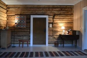 Veggen mot soverommet med den flotte gamle døra
