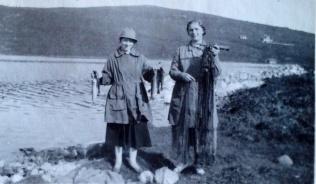Mommo og hennes lærerinne på husmorskolen, frk. Steenstrup, på fisketur på Lomsjøen