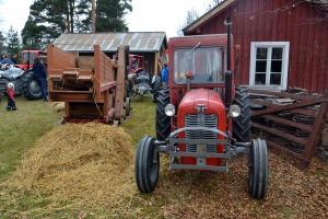 På vei til arrangementet, passerte det oss en hel kortesje med gamle traktorer. Her er en av dem plassert til skue sammen med flere andre historiske kjøretøyer