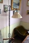 Den gamle stålampa under sjeselongen gir oss lyst til å slenge oss nedpå med en god bok!