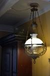 Det skorter ikke på stemningsskapende detaljer i interiøret, her en fin gammel lampe