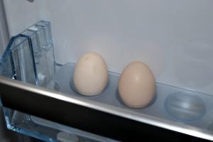 To små egg - de første fra eget hønsehus, hurra!