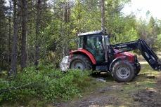 Det måtte hugges noen småtrær og busker for at traktoren skulle få manøvrert seg i riktig stilling