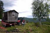 - og traktoren manøvreres rundt for et nytt løft