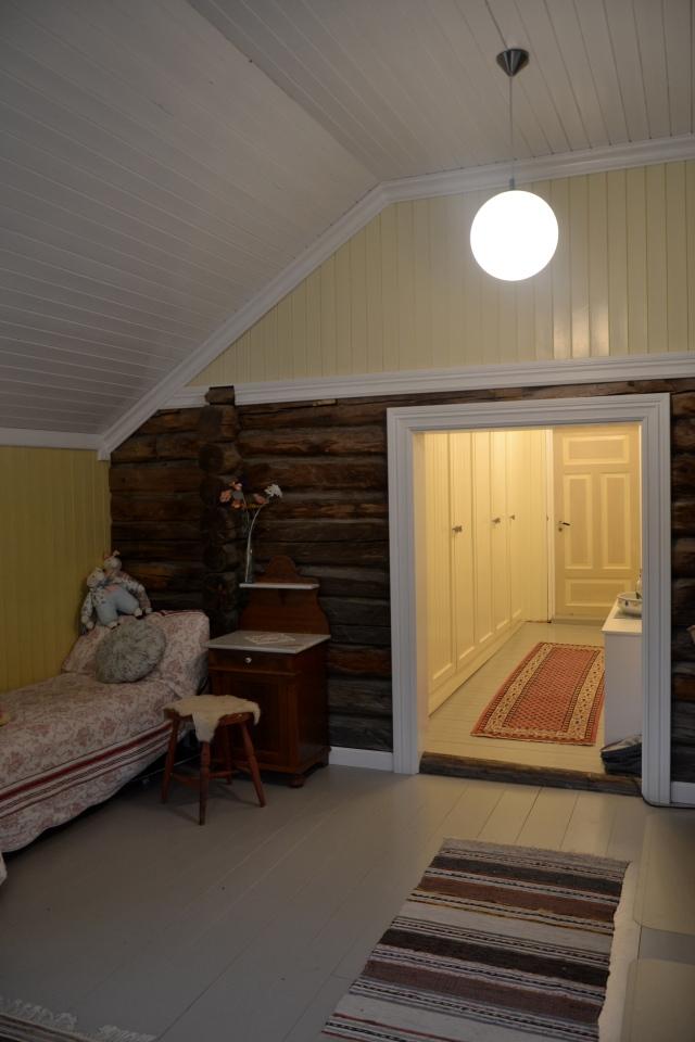 Garderoben er en gjennomgang  fra husets gamle til den nye delen.