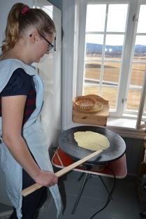 I fjor hadde vi igjen besøk over noen måneder, denne gangen av Anne, også fra Tyskland. Her er hun i gag med lemsesteking på takka.