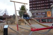 """Disse to unge fra Tyskland, Fabian og Bekka, bodde hos oss et par måneder i 2013. De hjalp oss med diverse arbeid i startfasen av rehabiliteringen av gården. Her tar de en pause og besøker """"Verdens største spark"""" ( i hvert fall nest største...)"""