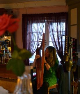 - og harpe, er to av flere instrumenter Tone trakterte denne kvelden