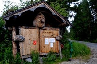 """Trollet (som forøvrig er laget av """"vår"""" snekker, Svein Olav Nymoen) ønsker oss velkommen - og ber om bompenger"""