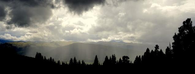 Utsikt mot Alvdal Vestfjell. Denne dagen var det bygevær, med både sol og regn på en gang