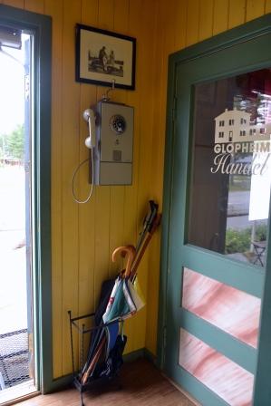 Gammel mynttelefon i gangen. Her er det butikk (døra til høyre på bildet), men den var stengt denne dagen.