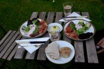 Deilig spekemat med tyttebærrømme, hjemmebakt brød og herlig rabarbradrikke!