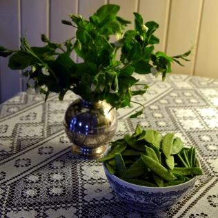 Erteblomstene pynter opp i vase, og grønnsakene er sunt og godt snacks