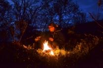 Bålet lyser opp og varmer oss. Bjørk syns visst heller ikke livet er så verst