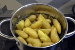 Klar for middag (kokken har ikke fulgt helt med, mandelpoteter koker lett i stykker)