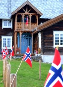 Litt slitne flagg skal snart tas inn. Nasjonaldagen er over for i år