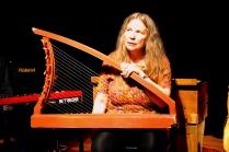 Mor Tone med sin vakre harpe