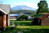 Utsikt fra stabburet over tunet og Tronfjell